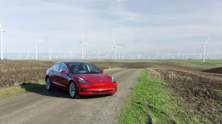 Elon Musk Tesla Model 3'ün çıkış tarihini açıkladı