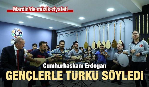 Cumhurbaşkanı Erdoğan gençlerle türkü söyledi