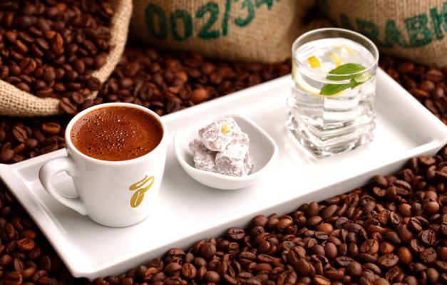 Maden suyu ve dondurma ile yapılan Türk kahvesi