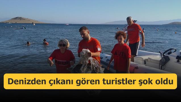 Denizden çıkanı gören turistler şok oldu