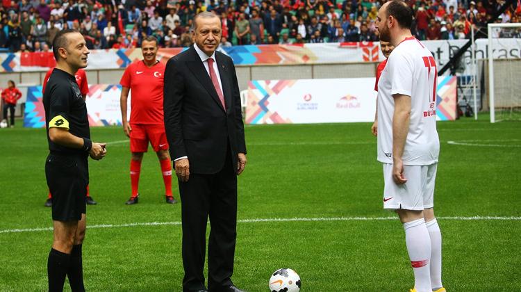 Erdoğan Şöhretler Karması maçını başlattı!