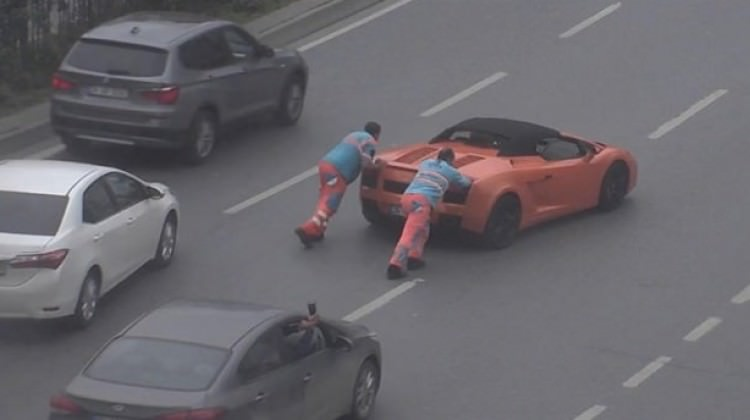 Yolda kalan Lamborghini'yi işçiler kurtardı