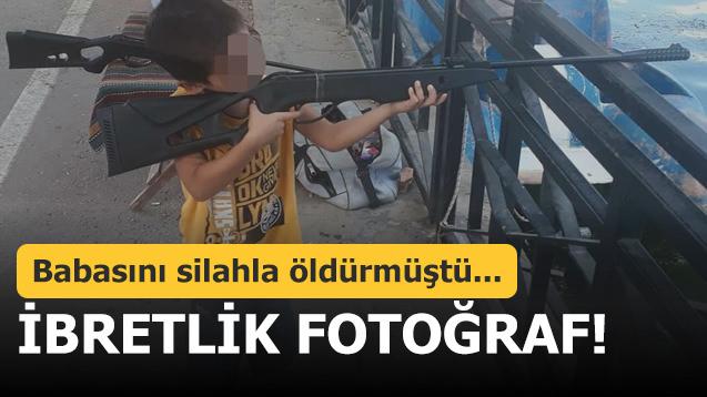 İbretlik fotoğraf! Babasını silahla öldürmüştü...