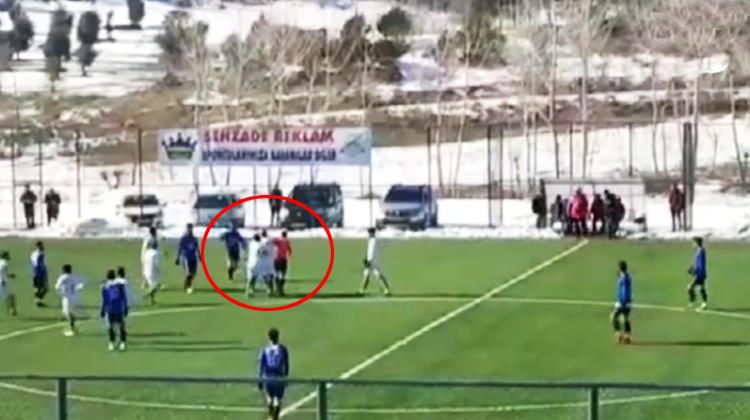 Kırmızı kart gören oyuncu hakeme saldırdı