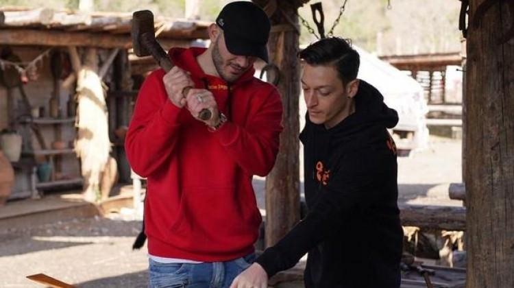 Mesut Özil onu da Diriliş setine getirdi!