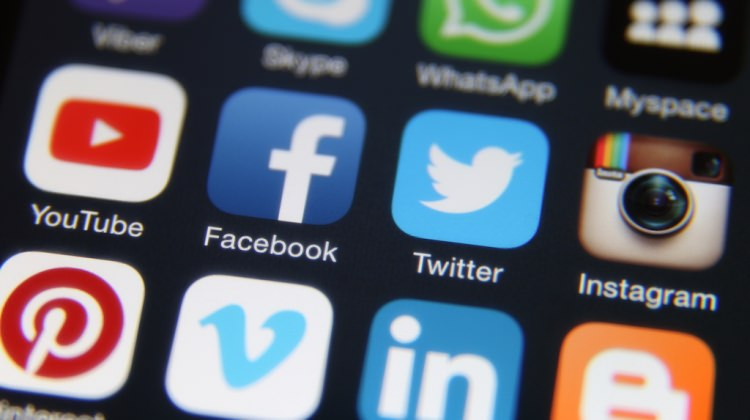 """AB'den sosyal medyaya """"yalan haber"""" çağrısı"""