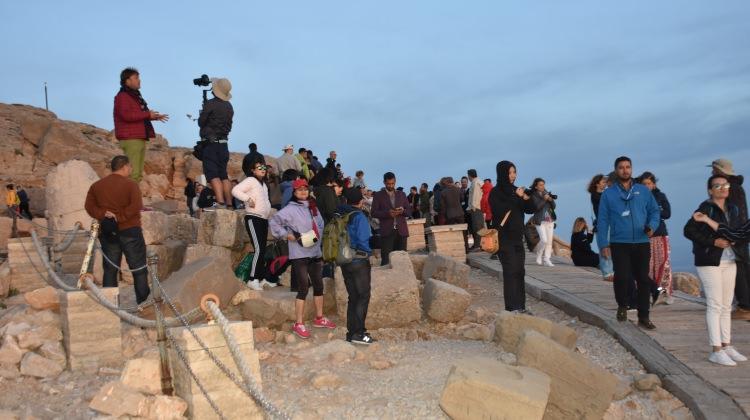 Nemrut Dağı bayram tatilinde konuklarını bekliyor