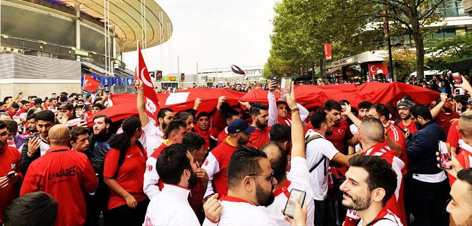 Burası Paris! Türk bayrağını alan koştu