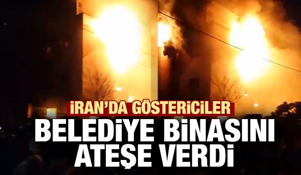 İran'da göstericiler belediye binasını ateşe verdi