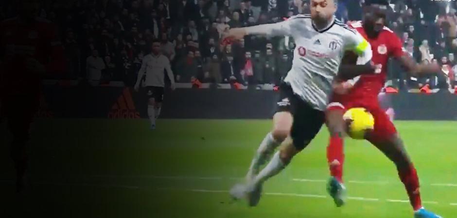 Beşiktaş'ta penaltı isyanı! Dilmen: 'Bence penaltı...'