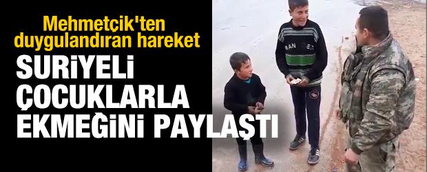 Mehmetçik'ten duygulandıran hareket... Suriyeli çocukla ekmeğini paylaştı