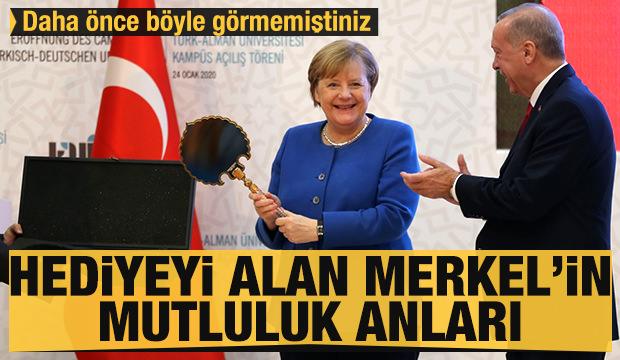 Erdoğan'ın hediyesini alan Merkel'in mutluluğu