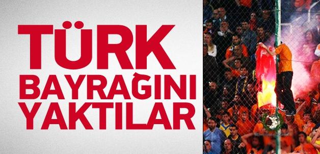 Rum derbisinde Türk bayrağı yaktılar!